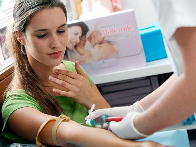 девушка сдает кровь на анализ после переноса эмбрионов при эко