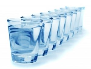 Употребление воды по стаканам