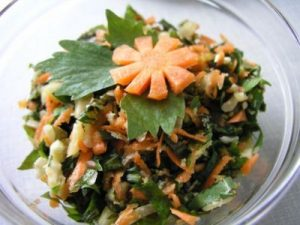 Салат из листьев одуванчика и моркови