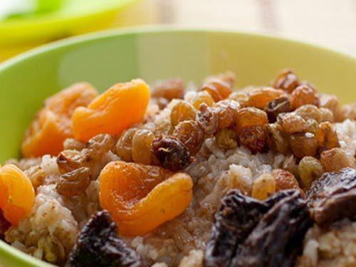 Овсяная каша с орехами и фруктами