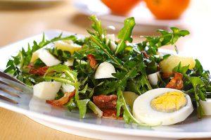 Салат с одуванчиком, яйцом и цитрусом