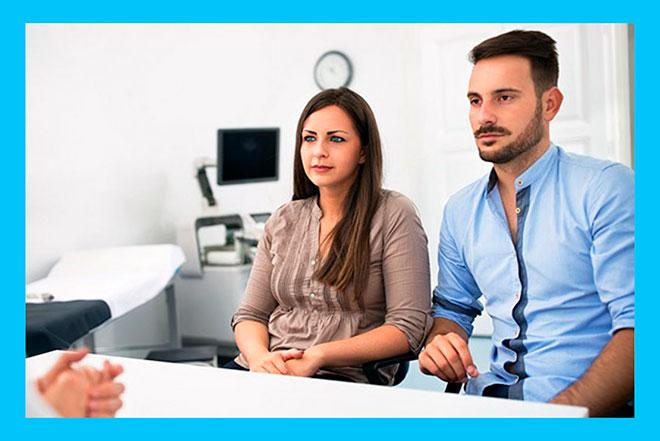 мужчина и женщина на приеме у доктора при планировании беременности