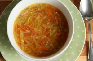 Овощной суп из капусты и помидор