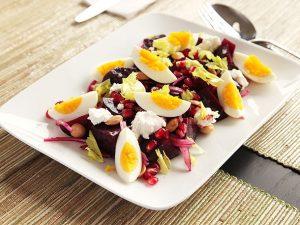 Салат с сыром. яйцом и гранатом