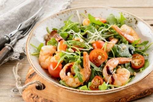 Салат с креветками, рукколой и помидорами черри