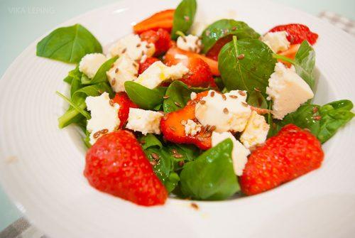 Салат с клубникой, творожным сыром и зеленью